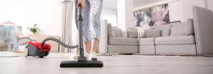 Frau die den Boden saugt